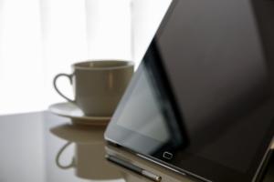 Stylus mit Tablet und Kaffee